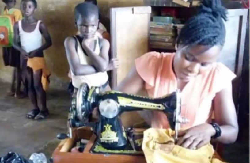 Ghana: Une enseignante coud des uniformes déchirés pour les élèves lors des pauses