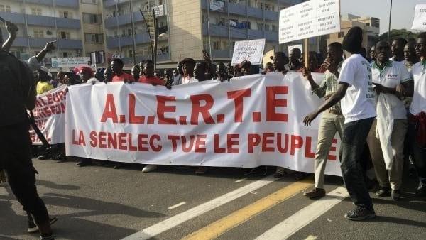 Les Sénégalais manifestent contre la hausse du prix de l'électricité.