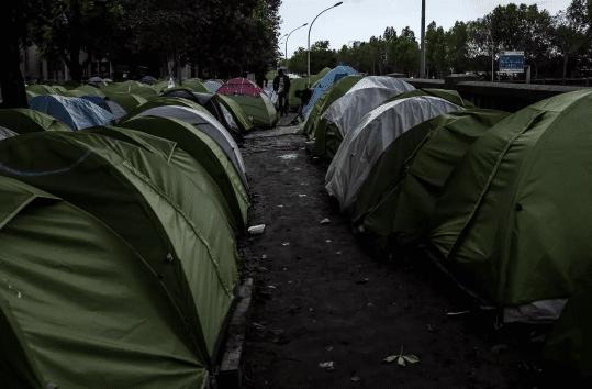 Paris : les campements de migrants deviennent des bidonvilles