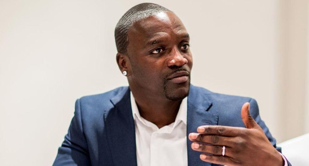 « C'est stupide de porter des bijoux de 25 millions FCFA alors que les Africains manquent d'eau et d'électricité »,  Akon