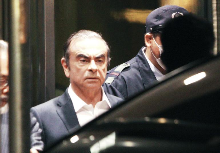 L'ex patron de Renault-Nissan en exil, détenait deux passeports français
