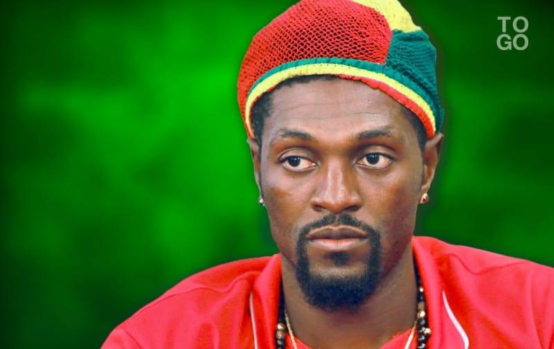 Quand Adebayor est saoul en boîte de nuit, il se met au rap [Vidéo]