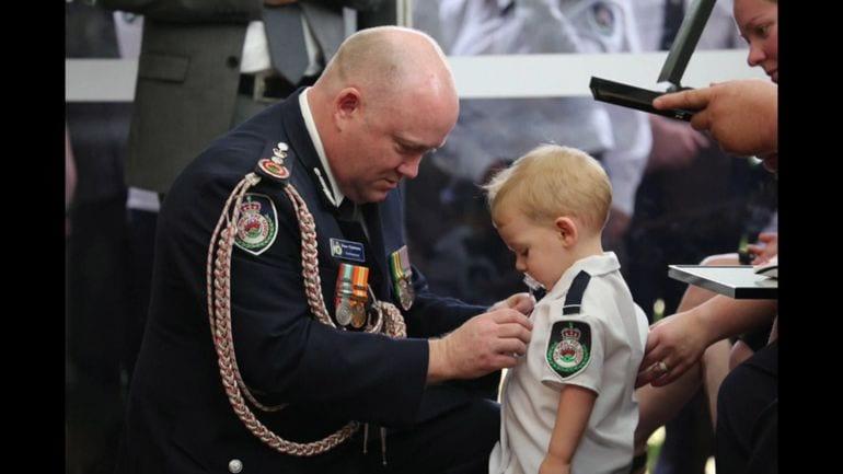 Australie: un petit garçon de 19 mois décoré au nom de son père décédé