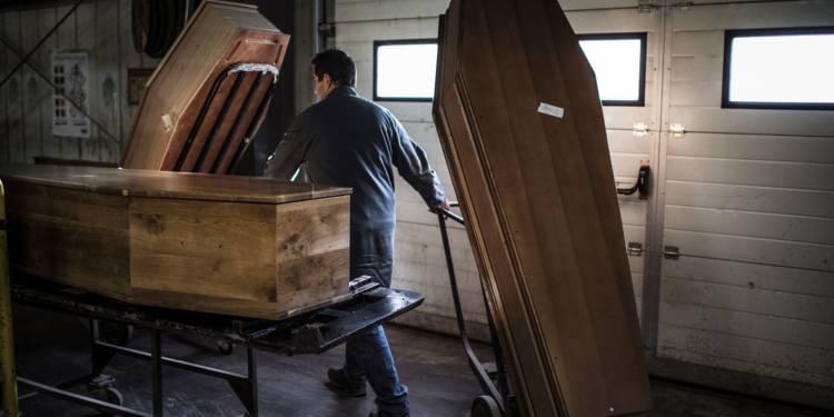 Deux cercueils achetés, un offert…Une promo qui a coûté une bastonnade au vendeur
