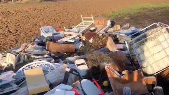Insolite: un homme jette dix tonnes de déchets dans la nature, le maire les lui rapporte