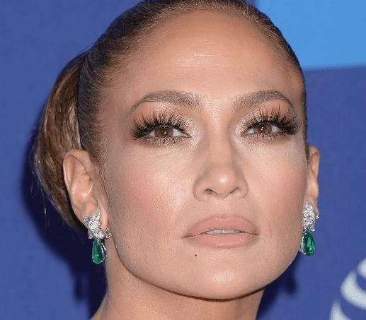 Jennifer Lopez éblouit Palm Springs tandis que Joaquin Phoenix présente sa maman