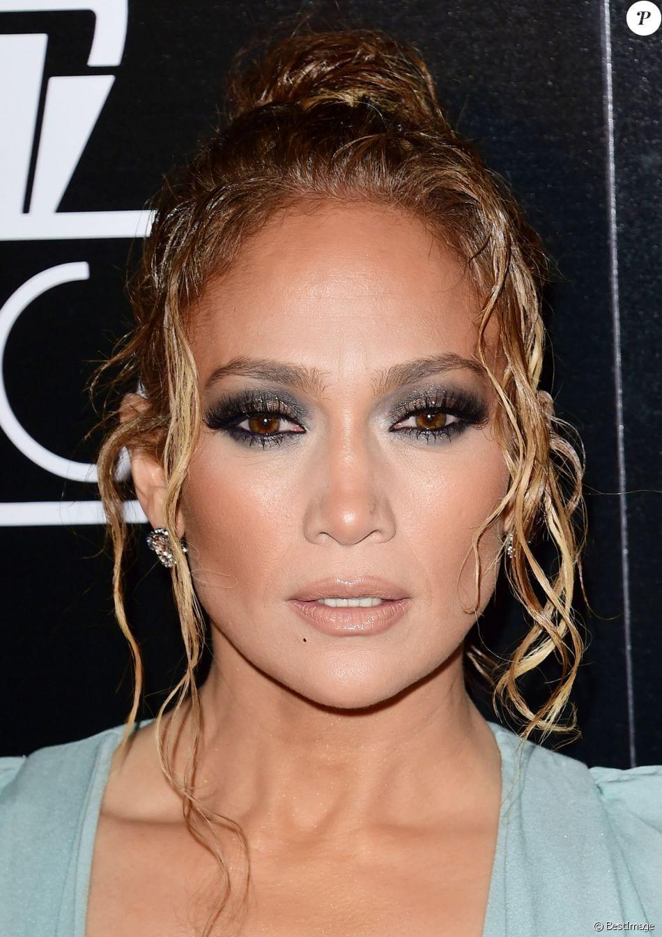 Jennifer Lopez incendiaire : large décolleté pour une cérémonie prestigieuse