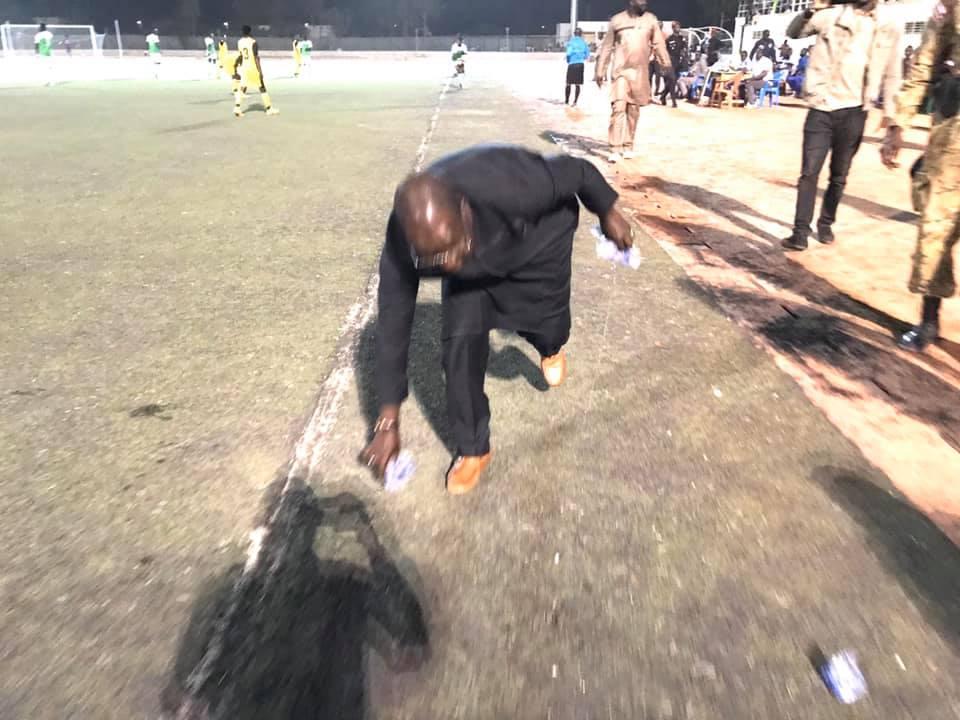 Sénégal : le ministre Abdou Karim Sall donne une leçon de propreté après un match de football