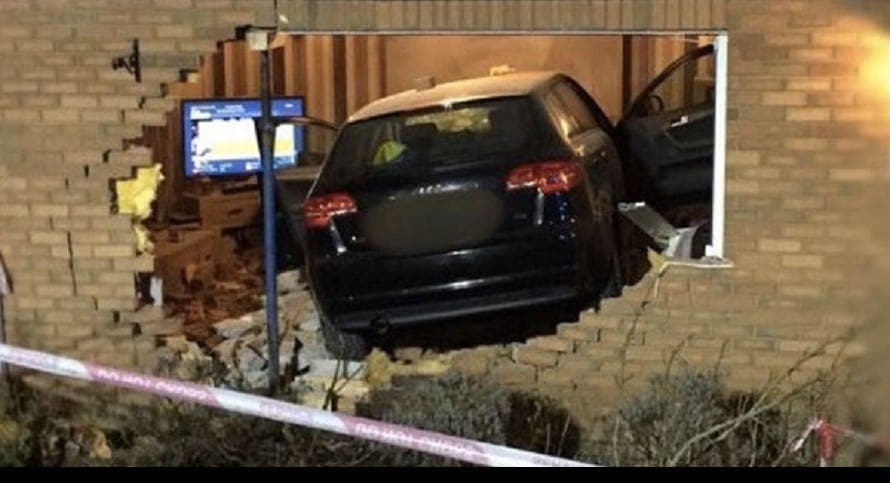 Un couple fonce leur voiture dans une maison en essayant la position 69 en conduisant