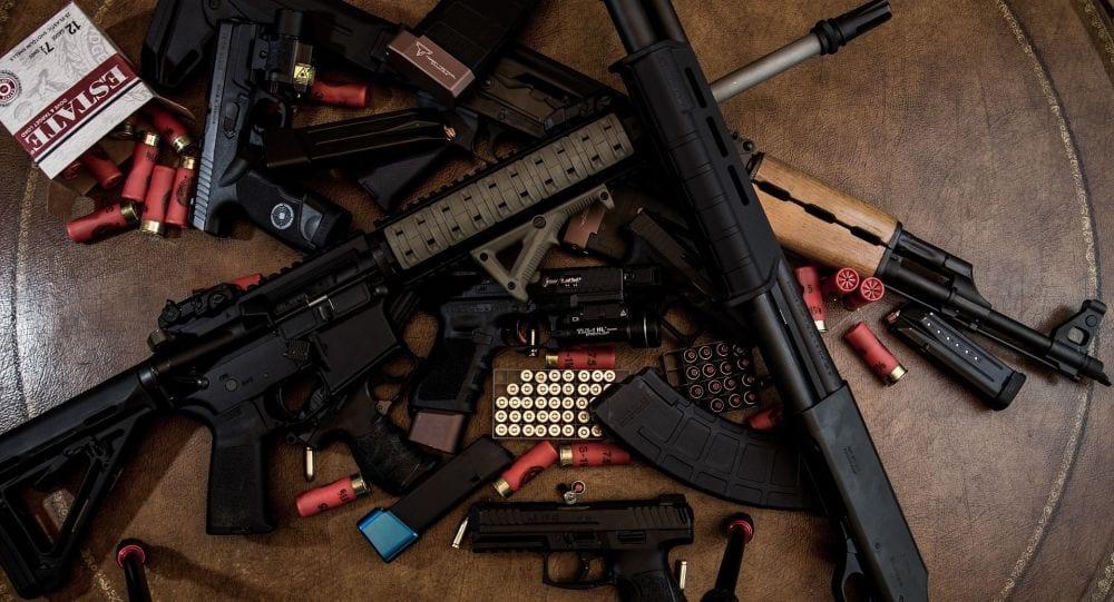 Un important arsenal d'armes de guerre découvert et saisi à Paris