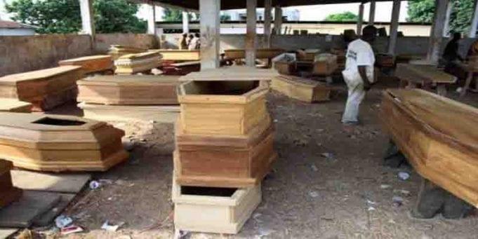 Un vendeur de cercueils prie Dieu pour ses affaires marchent, il perd trois membres de sa famille