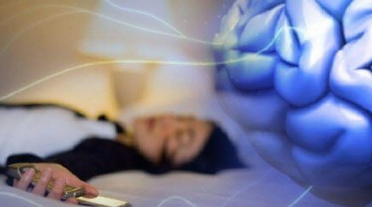Voici pourquoi les médecins demandent de ne pas dormir à coté du téléphone