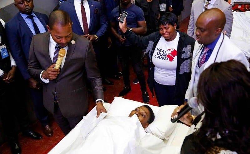 Le Pasteur Alph Lukau ferme les bouches et opère un nouveau miracle