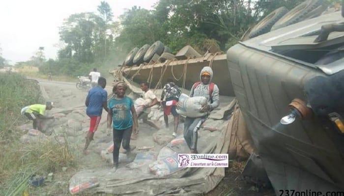 Accident d'un camion Dangote : tout le ciment a été rapidement volé