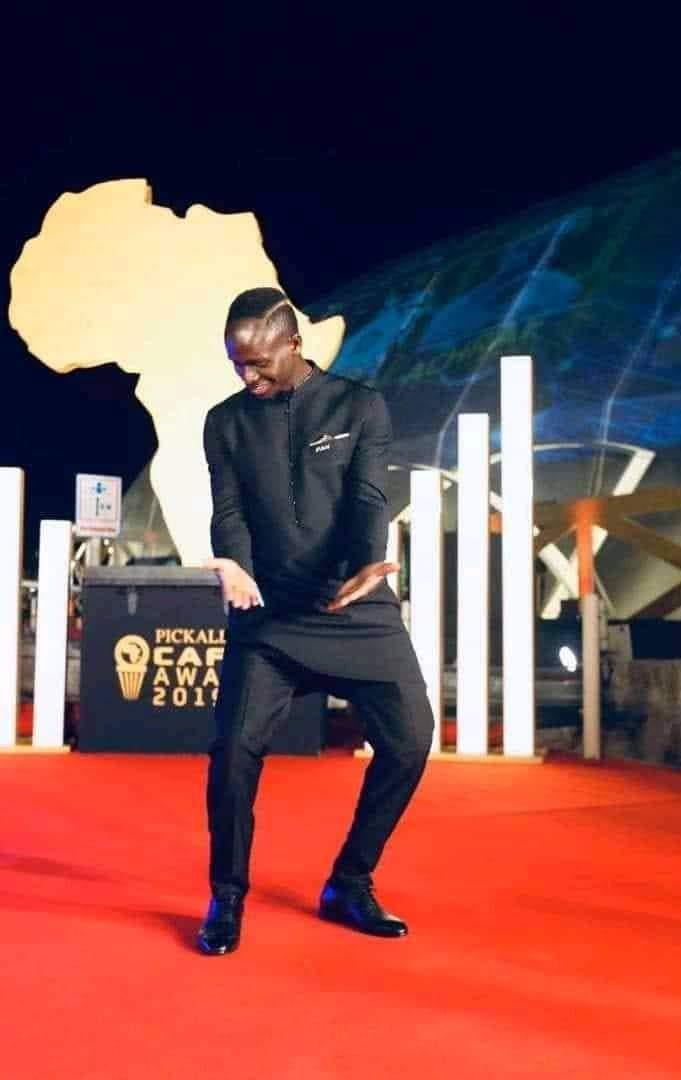 Sadio Mané : Pour avoir obtenu le ballon d'or , ses collègues lui chantent et l'arrosent d'argent