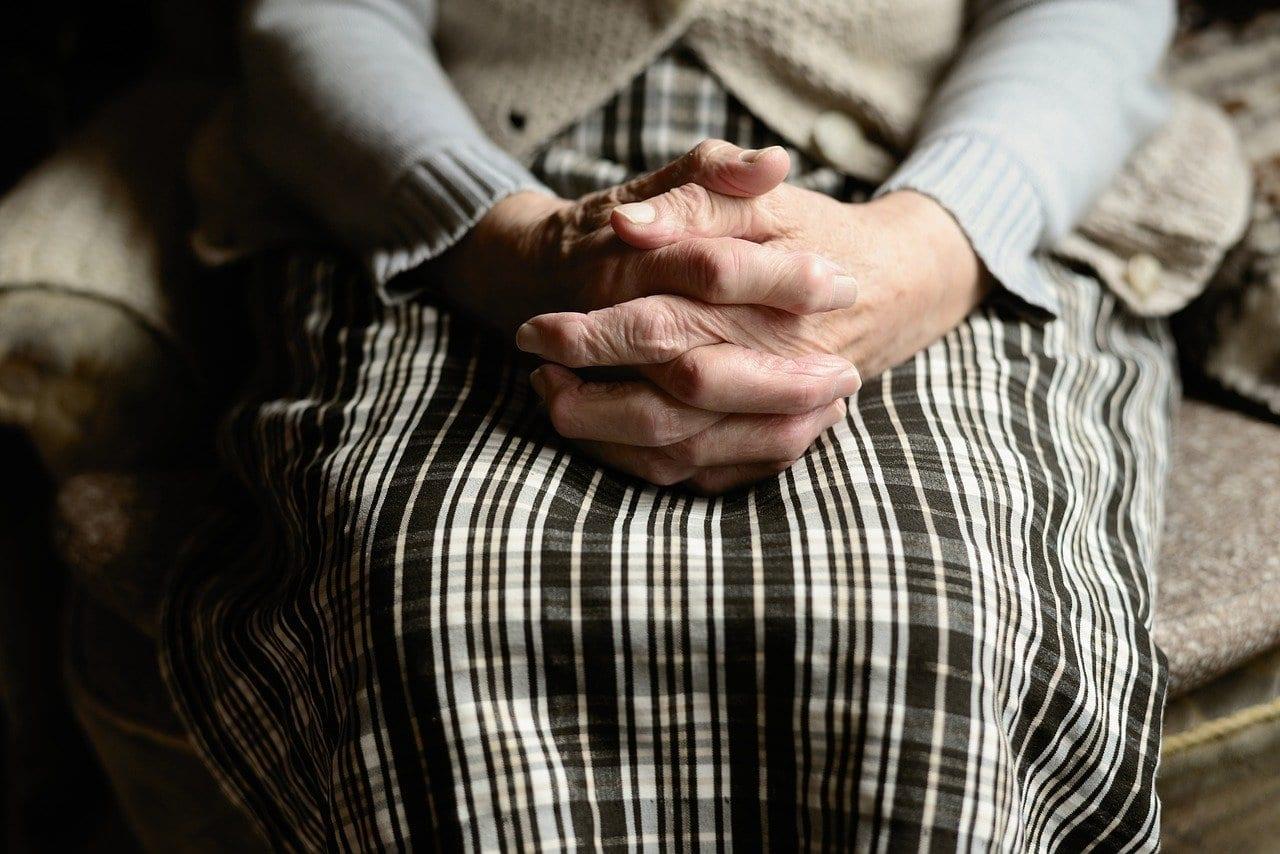 Un membre du personnel soignant viole une femme âgée aveugle et sourde
