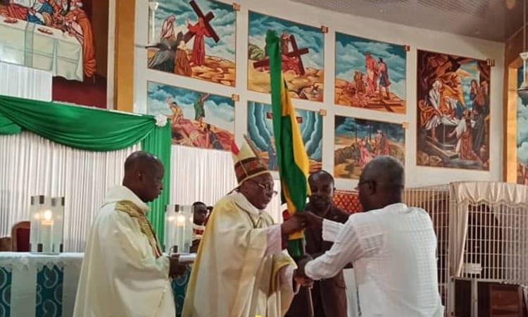 Agbeyomé Kodjo reçoit le drapeau du Togo des mains de Mgr Phillipe Kpodzro VIDEO
