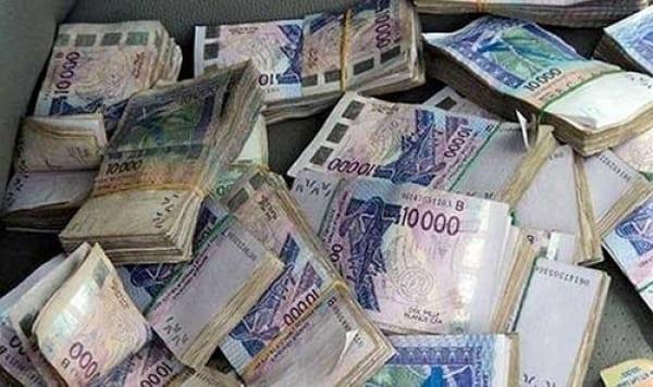 Une fillette de 2 ans déchire 300 000 F CFA de ses parents
