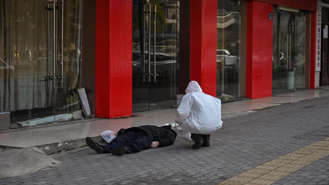 Coronavirus: À Wuhan, un homme meurt sur un trottoir (Photos)
