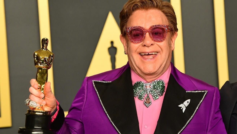 Elton John pleure sa pneumonie en plein concert