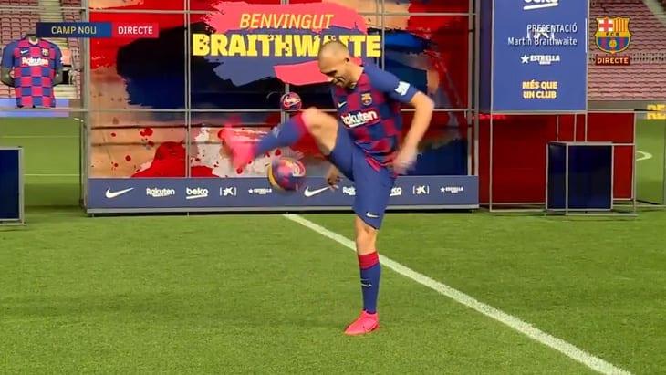 Les jongles de Braithwaite lors de sa présentation au Barça