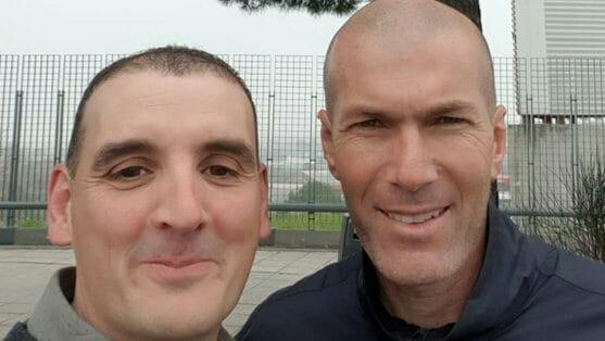 Un automobiliste se fait percuter par Zidane, il en profite pour prendre un selfie