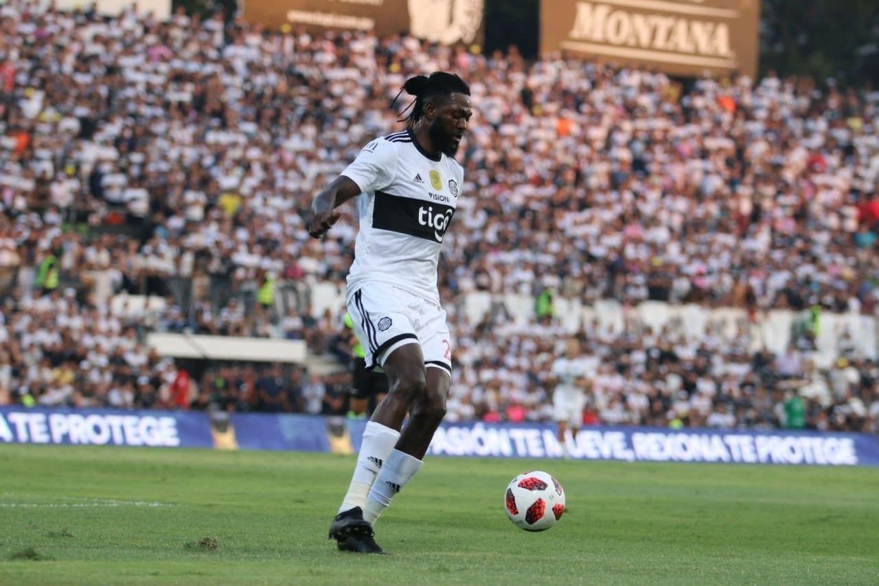 Football : premier match réussi pour Adébayor à Olympia