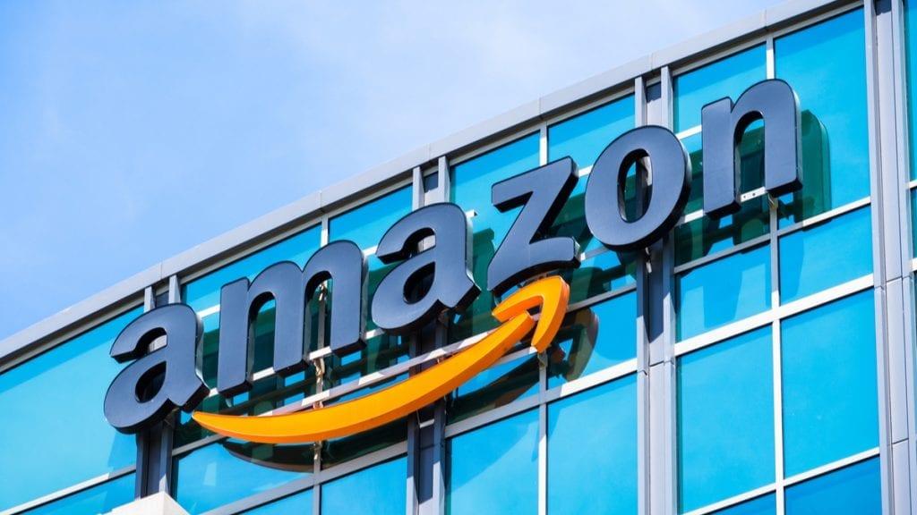Un homme livre 120 colis d'Amazon chaque jour sans gants ni masques