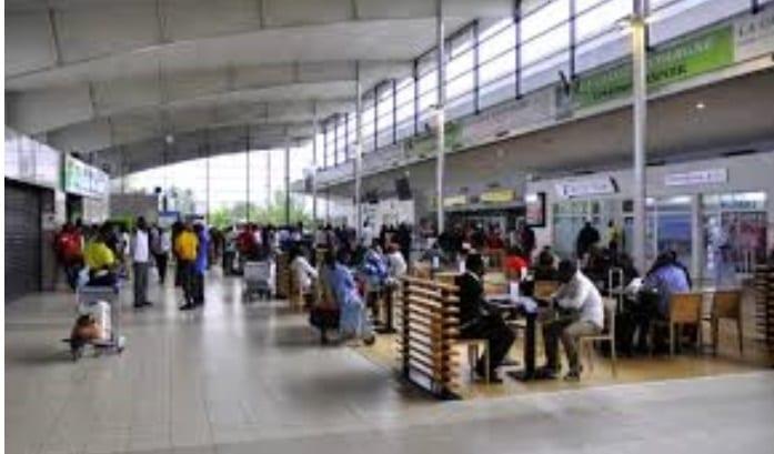 Ghana : Un employé de l'aéroport surpris entrain de voler des téléphones