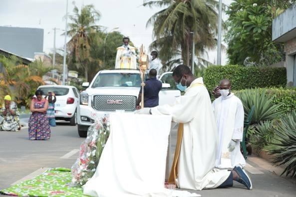 Coronavirus à Abidjan : L'Abbé Abekan passe avec le SAINT SACREMENT sur son territoire paroissial (Photos)