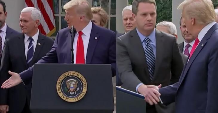 Coronavirus: Donald Trump crée un malaise en serrant des mains en pleine conférence de presse