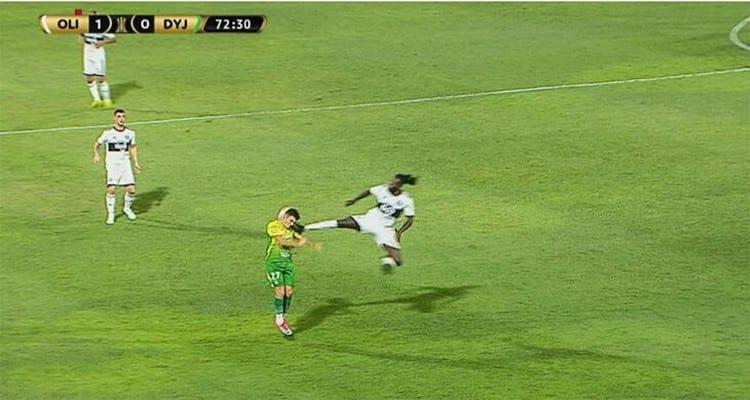 Emmanuel Adebayor assène un coup de pied « à la Jackie Chan » à la tête d'un adversaire (vidéo)