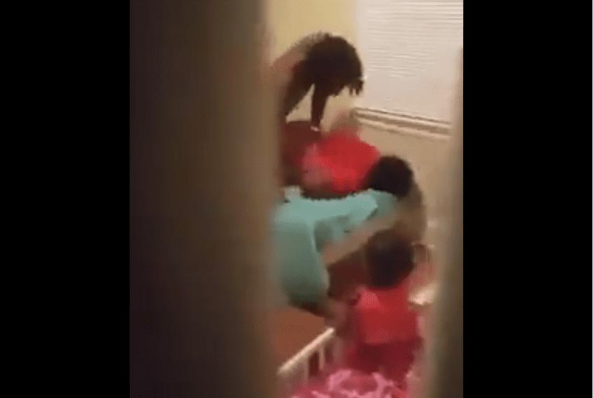 Il surprend et filme sa femme entrain de s'faire mettre à côté de son fils en pleure (vidéo)