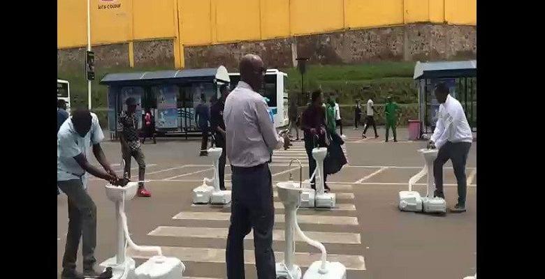 Lutte contre le coronavirus : le gouvernement rwandais installe des lave-mains dans les parcs de bus (vidéo)