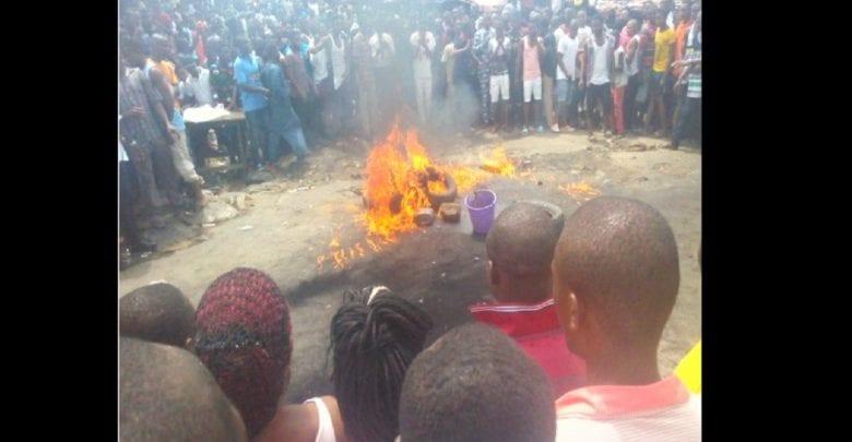 Un jeune voleur de poulet brûlé vif par une foule en colère