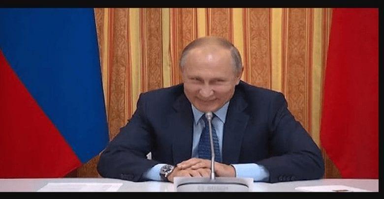 Russie: Vladimir Poutine signe une loi qui pourrait le maintenir au pouvoir jusqu'en 2036