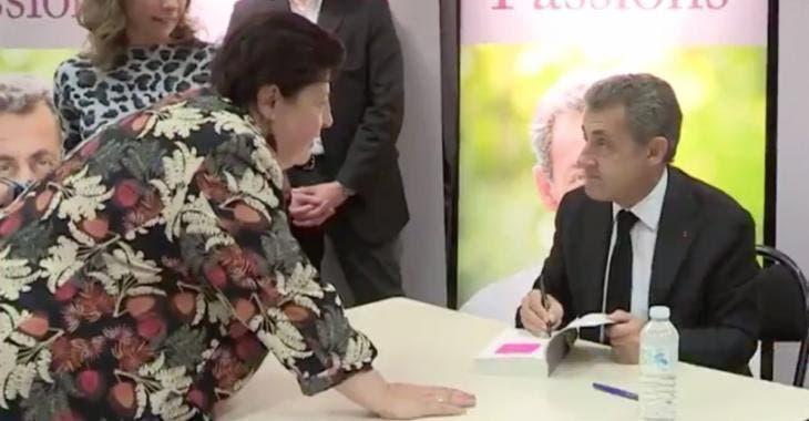 Une femme drague Nicolas Sarkozy avec insistance et l'embrasse sans gêne