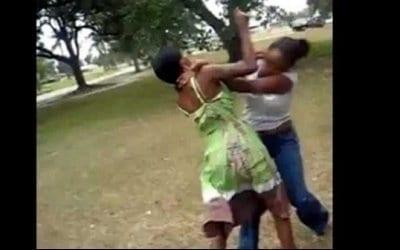 Une mère et sa fille se battent à sang pour un homme