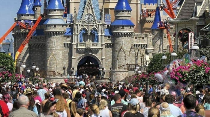 Les parcs de Disney fermés aux États-Unis et en France .