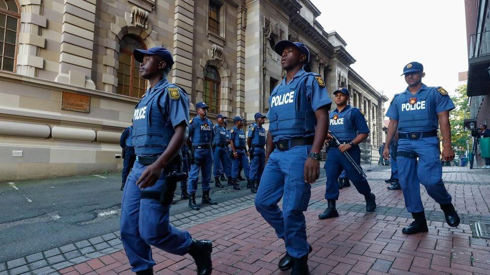 Afrique du Sud : des policiers arrêtés dans une buvette en plein confinement