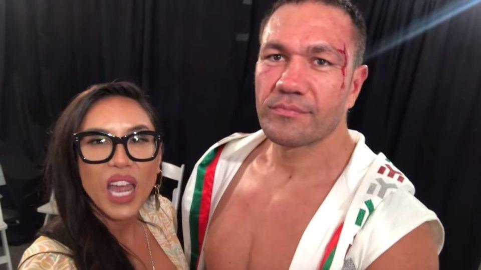Un boxeur embrasse une journaliste de force lors d'une interview