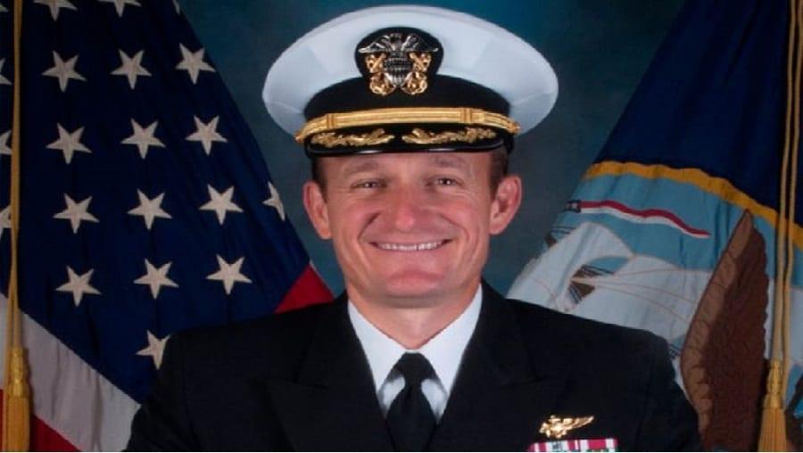 Le capitaine de la marine américaine licencié Brett Crozier testé positif au coronavirus