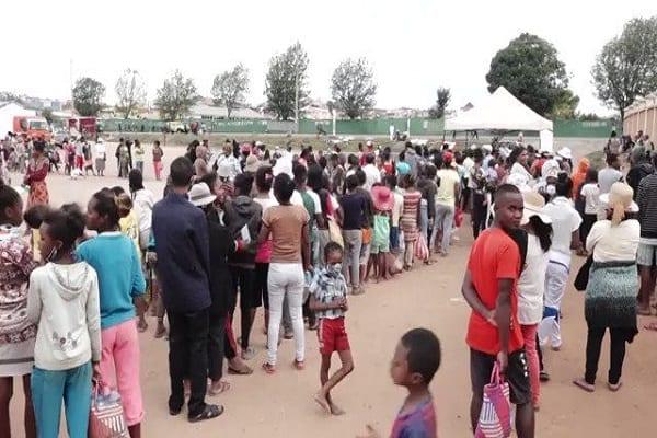 Madagascar : folle ruée pour le médicament qui guérit le coronavirus (vidéo)