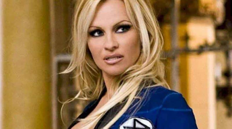 Une photo de Pamela Anderson nue sur un homme au lit et en plein acte choque