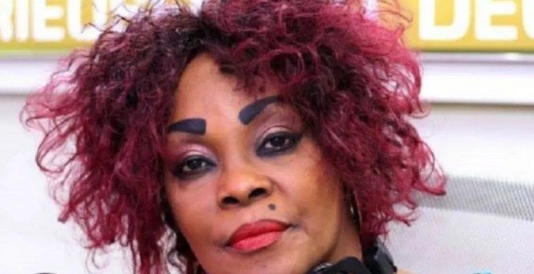 Tina Glamour affirme pouvoir se mettre nue sur scène