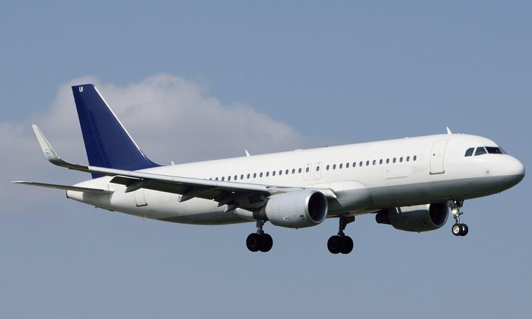 Il loue un Airbus de 180 places pour transporter trois proches