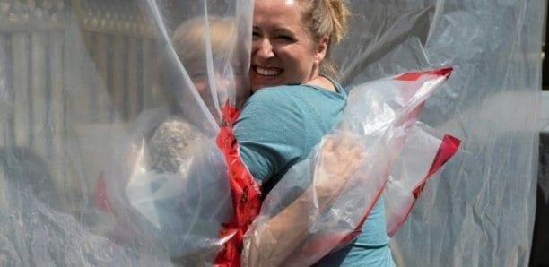 Au Canada, un «gant à câlin» pour enlacer les siens malgré le virus