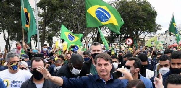 Bolsonaro s'offre un bain de foule avec ses fans, sans masque ni distanciation