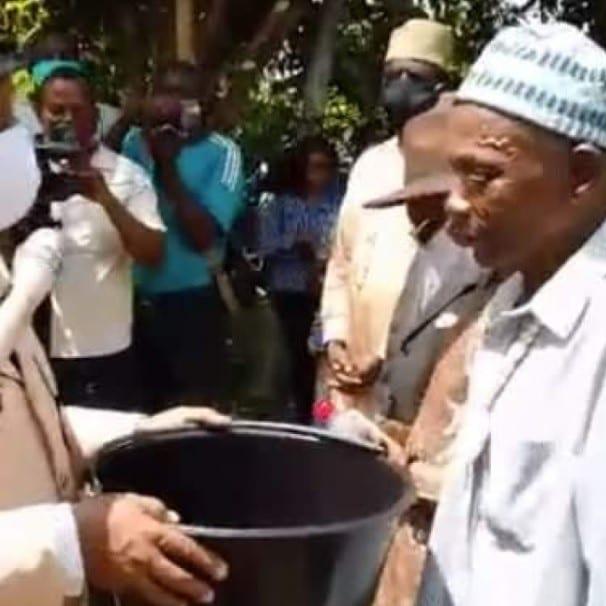 Cameroun : Un chef traditionnel humilie un émissaire de Paul Biya (vidéo)