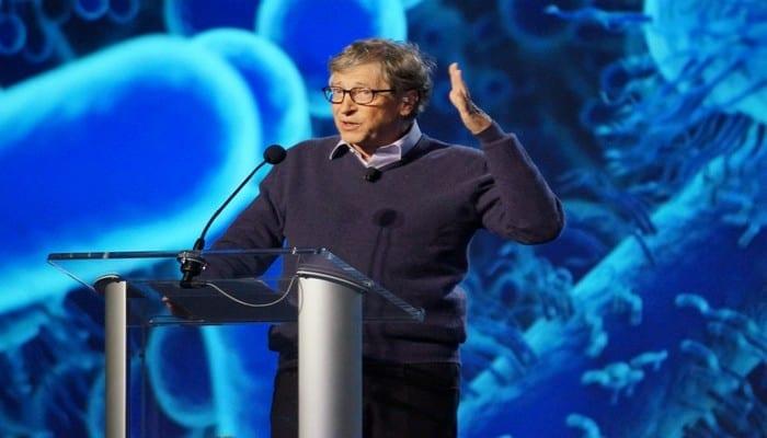 """Covid-19: Bill Gates accusé d'avoir créé le virus """"pour dépeupler la terre"""". Qui se cache derrière ces accusations?"""